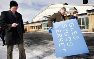 Glesbygdsverket har gjort sitt, informationschefen Mats Elg bär undan skylten.