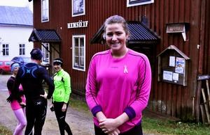 16-åriga Sally Bystedt arrangerade ett spontant löpevent ute på Hemsön till förmån för Cancerfonden.