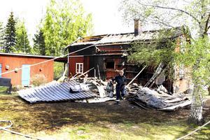 Plåttaket på huset fick klippas sönder för att brandmännen skulle komma åt att släcka elden som hade spridit sig ända till takfoten.