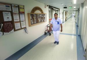– Jag ser ingen skillnad på arbetsbelastningen den här sommaren eller på fjolårets sommar, säger Augustin Månsson. Den senaste veckan har även den dåliga luften här på avdelningen gjort arbetet jobbigare för oss i personalen liksom för patienterna.