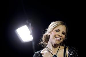 """""""Det är en låt som jag skrev i samband med att jag lyssnade mycket på en Alicia Keys-låt som heter """"Try Sleeping With A  Broken Heart"""" så jag tror att man kan säga att jag trampar lite i de fotspåren"""", säger Lisa Miskovsky som gör debut i schlagersammanhang i nästa års Melodifestival."""