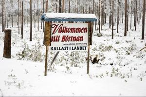 Vid vägskyltarna som välkomnar besökare till byn står ryktet om den lilla byn verkligen skrivet på pränt.