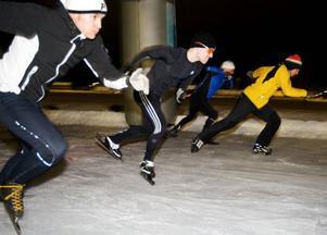 Vilket var egentligen snabbast, långfärdsskridskor eller hockeyrör? De första gick undan när skrinnarna fick upp farten och de andra var snabbare i starten. Sen berodde det givetvis på de tävlandes form.Foto: Ulrika Andersson