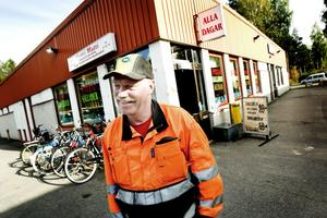 """VALBO HADE PENGAR. """"Det blev en väldig aktivitet innan sammanslagningen, Valbo kommun skulle göra av med pengar så det grävdes avlopp och sattes upp lysen"""", minns mångsysslaren Björn Sjunning på Åby gård i Valbo."""