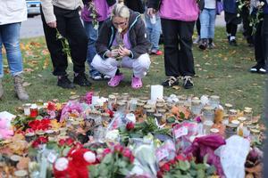 Många i Trollhätta hedrar offren.