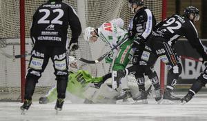 Simon Jansson stökar framför Sandvikens mål.