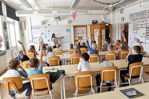 Johanna Jaara Åstran säger att det krävs stora förändringar för att få fler att vilja utbilda sig till lärare. Foto: Jonas Ekströmer / TT
