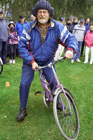 Örjan Andersson, Vikarbyn, hade med sig sju mer eller mindre omöjliga cyklar. Cykeln på bilden har en ram som är ledad på två ställen.