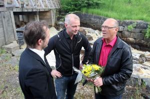 Magnus Svensson och Per-Olof Stål prisade Jan Lundstedt för hans arbete med fisket i Söderhamns kommun.