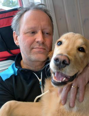 Marko Koupianen från Mora kramade om sin Golden Retriver Amos efter att hunden tävlat för första gången.