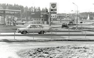 BP-macken som det såg ut i mitten på 1980-talet. Bensinpriset var långt under dagens som tangerar 16 kronor. 4.43 i dagens penningvärde är ungefär nio kronor. Foto: Arboga Tidning.