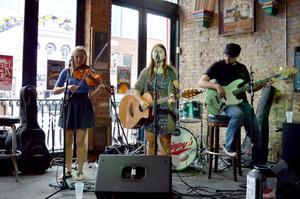 Sara Zebley, Hayley Prosser och Jon Leff är Steel Blossoms, ett lovande countryband som tar chansen att visa upp sig på Nashvilles barer. Flera lokala talanger borde få chansen att visa upp sig på samma sätt i Östersund, tycker LT:s Jonas Solberger,