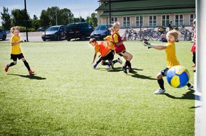 På Glysis konstgräsplan i Hudiksvall har ovanligt många fotbollsungar, ungefär 160 stycken, samlats i år.