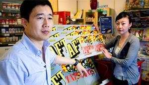 Tomt. Peng An och Lei Bao, som driver macken i By, har börjat det stressade arbetet med att avsluta alla avtal med alla leverantörer. Tidningsstället i macken i By är tomt. Förhoppningen är att de ska kunna skicka tillbaka varorna i macken till leverantörerna.