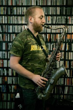 Fadern försökte få honom att välja trummor men Jonas Kullhammar gillade saxofonen redan som nioåring. Den glänste och hade många knappar.