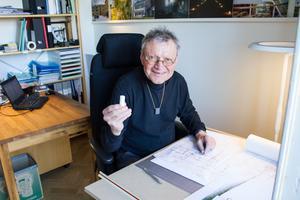 En smittande positiv energi har arkitekten Hans Eek. Han tycker att nästan allting är möjligt. Här lovsjunger han arkitektens bästa vän - suddgummit. Hans Eek tycker om att arbeta traditionellt vid ett ritbord med papper och blyertspenna.