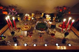 """Haft sin betyder """"de sju saker som börjar på s"""". På bordet finns det vanligen:Senjed – en sorts söta frukter.Somâq – en sur kryddaSabzeh – som är en bricka med groddar av vetekorn, linser eller liknande.Sib – ett rött äppleSamanoo – Memma som framställs av vetegroddar.Sir – vitlökSerkeh – vinägerDessutom finns ofta en spegel, handmålade ägg, en diktsamling, persiska flaggans färger samt kakor och nötter."""