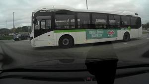 Mannen har filmat bussar som han tycker bryter mot väjningsplikten.