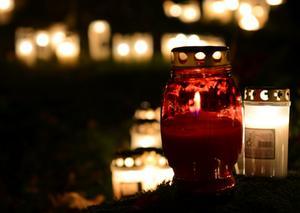 Ljusen brinner fint på kyrkogården Hovdestalund i Västerås.