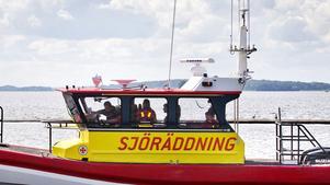 Klockan 02.03 natten mot onsdagen fick Sjöräddningen ett nödanrop från en segelbåt som i mörkret hade kolliderat med en oljetanker.