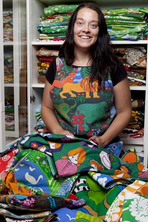 """Sara Axtelius samlar på färgstarka barntyger. Hon har sammanställt några av dem i boken """"Barntyger vi minns från 1960/1970-talet""""."""