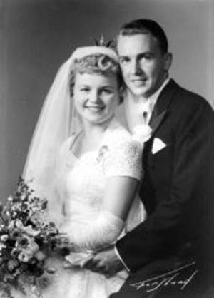 Den 10 september 1955 vigdes Britt och Tage Lindqvist i Säbrå kyrka och firar i dag guldbröllop. Vigselförrättare var kyrkoherde Ragnar Klefbom. Paret är bosatt i Sundsvall.Foto: Forslund