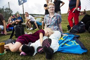Yasmine Björnler, 6, passade på att leka när fotbollsmatcherna inte var tillräckligt spännande. Sittandes bredvid mamma Maria Björnler tittade hon emellanåt på systern Simone i KB65 som mötte Täby.