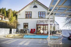 Huset har en utomhuspool och stort trädäck.
