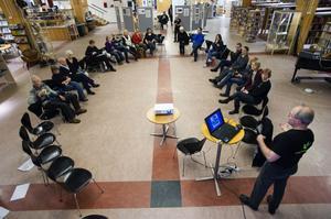 Medvetna val höll ett seminarium i Falu stadsbibliotek då klimatpiraterna höll terminsavslutning. Ett projekt som pågår fram till mars i syfte att få konsumenter att satsa på medvetna val och skära ned på sitt energianvändade. Foto:Janne Eriksson