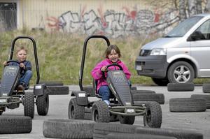 Trampmotor. Lovisa Lundmark, sex år, och Fabian Wilhelmsson, fem år, i full fart med trampbilarna.