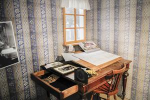 Vid det här skrivbordet har Olof Engberg lagt grunden till många hus.