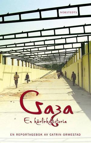 """Omringade. """"Palestinierna kallar Gazaremsan för världens största utomhusfängelse, med rätta"""" säger Catrin Ormestad, här utan för den mur som israelerna byggt runt området.  I våras kom hennes debutbok """"Gaza – en kärlekshistoria""""."""