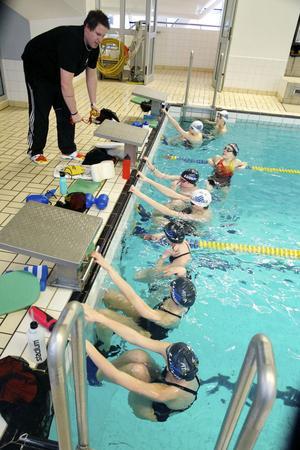 Det blir ganska så trångt i simhallen när föreningens 13- och 14-åringar tränar. Då har gruppen ändå delats upp i två delar för att klara av omställningen.