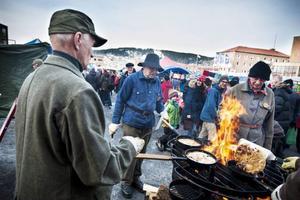 Mycket folk samlas runt kolbulleförsäljningen för att äta och. värma sig