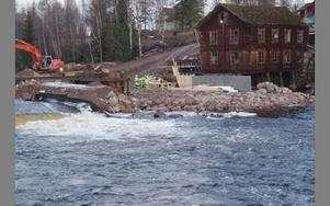 Här vid den i höstas delvis raserade dammen i Ore älv pågår omfattande arbeten av Fortum som starkt kritiseras av älvräddare och sportfiskare.