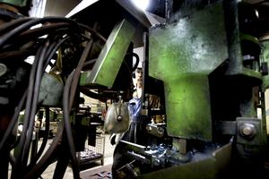 GAMLA. Maskinerna i smedjan har många år på nacken. Den nyaste köptes in från smedjan i Säter när den stängde på 60-talet.