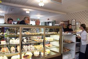 Några av de första gästerna serveras inne i det nyinvigda konditoriet.