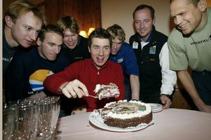 Olsson, trea från höger, tårtkalasar med Per Elofsson efter att denne vunnit Svenska Dagbladets Guldmedalj 2001. Olsson skulle själv vinna medaljen 2013.