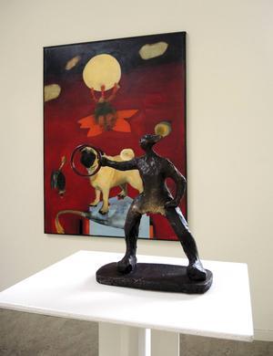 Lindholms skulptur håller fram en ring för Boholms hund att hoppa igenom.