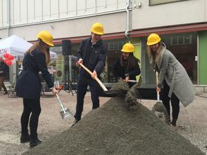 Alma Ahlrik, Martin Runblom, Linn Lövdahl och Tilda Elfsson tog första spadtaget för Å-rummet.