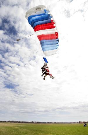 Oscar Haraldsson på väg mot landning tillsammans med tandempiloten Joacim Marijanovic.