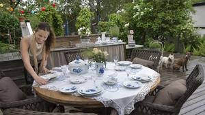 Att duka med vitt och blått porslin är klassiskt och extra fint på sommaren.