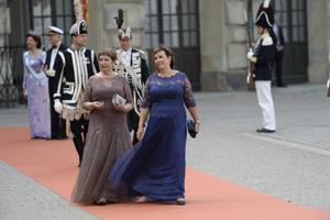 Mormor Britt Rotman och mamma Marie Hellqvist när de anlände till vigseln mellan prins Carl Philip och Sofia Hellqvist i Slottskyrkan i Stockholm förra året.