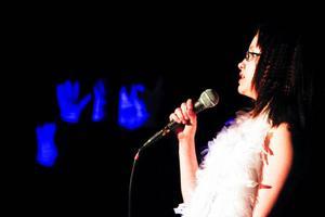 Ronja Berglund sjöng                                 vackert medan hennes doakör sjung på                                           teckenspråk.