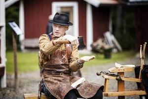 Slöjdaren Jögge Sundqvist, Surolle, höll i helgen kurs på Mus-Olles museum i Ytterån.    – Se till att ha snert på yxan, uppmanar han.