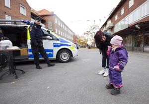 Novalie Löfblom, 2,5 år, här i sällskap med sin gudmor Johanna Lindqvist, närmade sig polisen Daniel med viss tvekan.