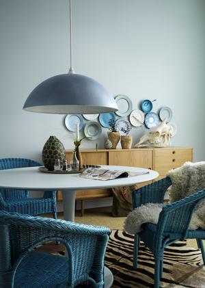 Mjuka övergångar. Färgfirman Beckers tipsar om retrostil med ton i ton hemmavid. Färgen på lampskärmen heter Moln 16 och den på stolarna Hav 13.