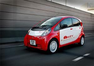 Mitsubishi i-MiEV är smal men hög, därigenom rymmer kupén fyra vuxna trots små yttermått.