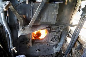 Bra fyr i pannan. Det tar flera timmar innan pannan får upp tillräcklig värme för att kunna åka iväg för egen maskin.