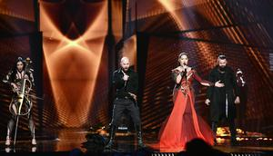 Bosnien och Hercegovinas Dalal & Deen och Ana Rucner och Jala framför bidraget Ljubav je.